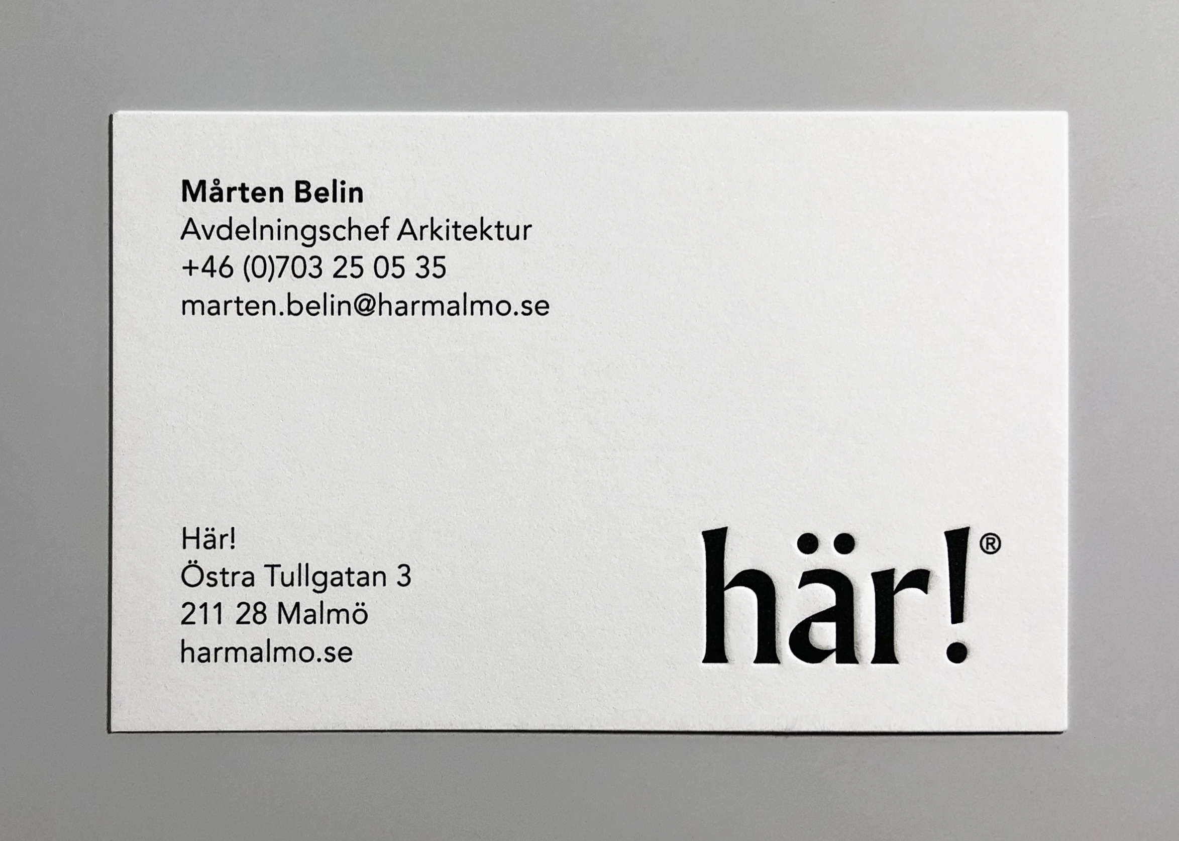 A photo of the Här! business card.
